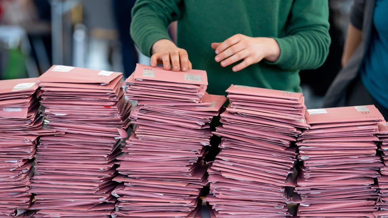 Wahlhelfer bereiten in einer Messehalle die Auszählung der Briefwahl vor. (Foto: dpa Bildfunk, picture alliance/dpa)
