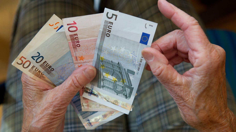 Ein Rentner hält Geldscheine in der Hand - ab Januar 2021 gibt es eine Grundrente (Foto: dpa Bildfunk, Picture Alliance)