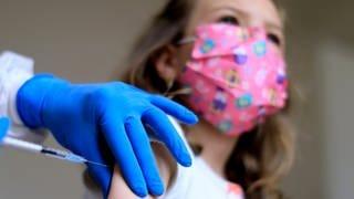 Kind mit Mundschutz wird während der Corona-Pandemie geimpft (Foto: dpa Bildfunk, picture alliance / Laci Perenyi | Laci Perenyi)