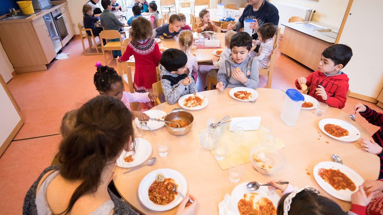 Mit dem neuen Kita-Gesetz gibt es in Rheinland-Pfalz einen Rechtsanspruch auf Mittagesse - wegen einer Übergangsfrist gilt der jedoch erst ab 2028.