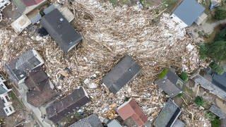 Weitgehend zerstört und überflutet ist das Dorf im Kreis Ahrweiler nach dem Unwetter mit Hochwasser (Foto: dpa Bildfunk, picture alliance/dpa | Boris Roessler)