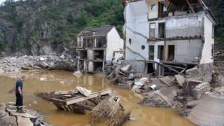 Völlig zerstörte Häuser im Dorf Mayschoßim Kreis Ahrweiler (Foto: picture-alliance / Reportdienste, Picture Alliance)