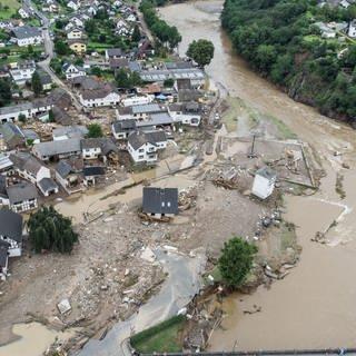 Der überflutete Eifelort Schuld im Kreis Ahrweiler (Foto: picture-alliance / Reportdienste, picture alliance/dpa | Boris Roessler)