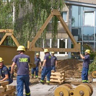 Helfer des Technischen Hilfswerks (THW) errichten eine Behelfsbrücke für die Ahr, die schon in wenigen Tagen eine Brücke, die an gleicher Stelle vom Hochwasser total zerstört wurde, ersetzen soll.  (Foto: dpa Bildfunk, picture alliance/dpa   Thomas Frey)