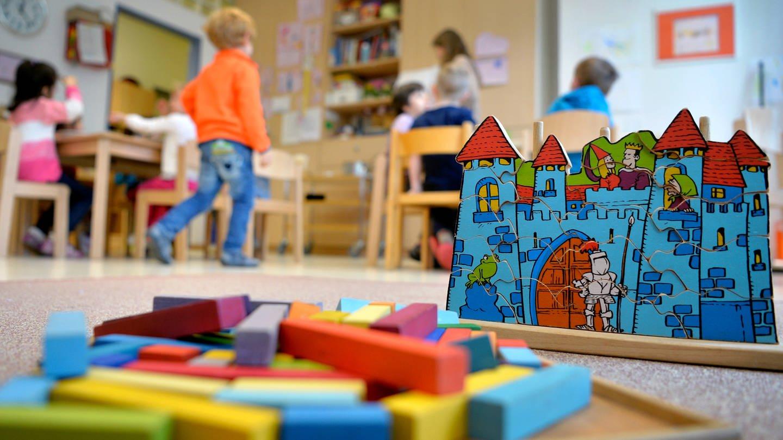 Kinder spielen in einer Kita. Ab Montag gelten in Rheinland-Pfalz neue Corona-Quarantäneregeln für Kinder in Kindertagesstätten.