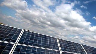 Dach mit Photovoltaikanlage (Foto: picture-alliance / dpa)