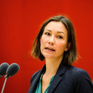 Umweltministerin Anne Spiegel (Grüne) steht am Rednerpult im Landtag (Foto: dpa Bildfunk, picture alliance/dpa | Andreas Arnold)