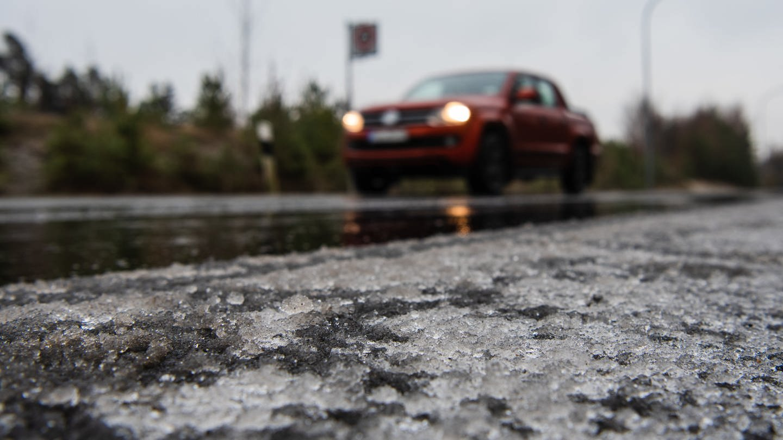 Glatteis auf einer Straße