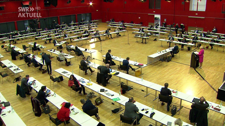 Rheinland-Pfälzischer Landtag tagt in Turnhalle