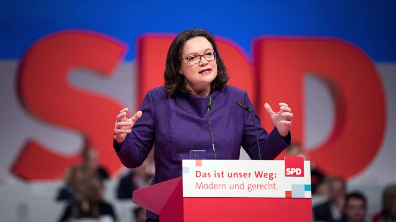 Andrea Nahles am Rednerpult vor großem SPD-Logo (Foto: dpa Bildfunk, picture alliance / Bernd von Jutrczenka/dpa)