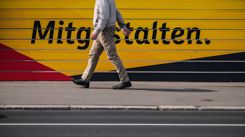 Ein Mann geht an den Treppenstufen zur CDU-Landeszentrale am Schriftzug