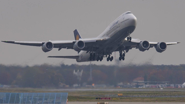 Lufthansa-Flugzeug beim Start am Frankfurter Flughafen (Foto: dpa Bildfunk, Picture Alliance)