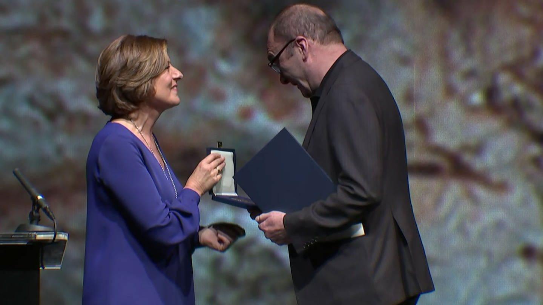 Malu Dreyer übereicht Robert Menasse die Zuckmayer-Medaille (Foto: SWR)