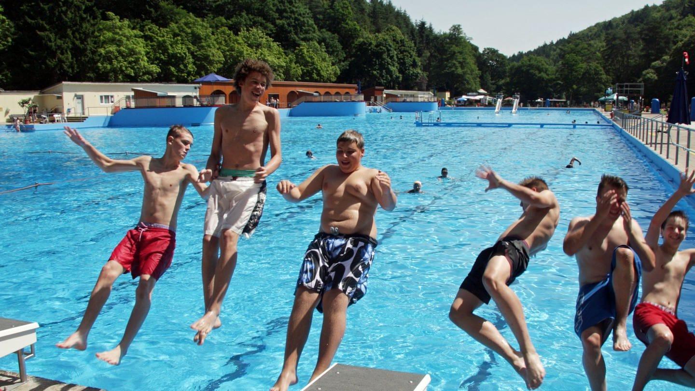 Sechs junge Männer springen rückwärts in das Becken eines Freibades (Foto: SWR)