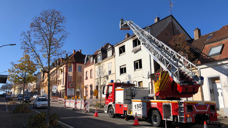 Das abgebrannte Haus in Pirmasens wird untersucht (Foto: SWR)