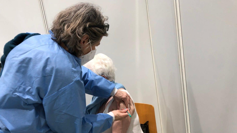 Impfung einer Seniorin im Zentrum Kaiserslautern (Foto: SWR)