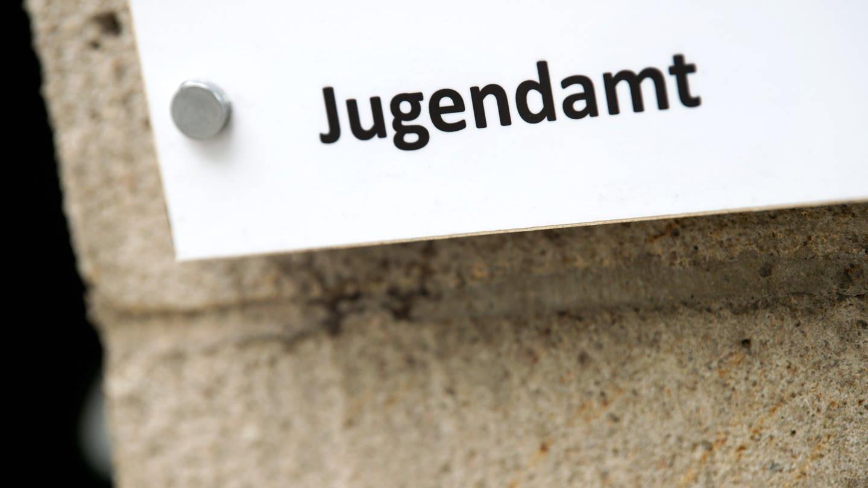 Ein Schild mit der Aufschrift Jugendamt (Foto: dpa Bildfunk, picture alliance/dpa/dpa-Zentralbild | Arno Burgi)