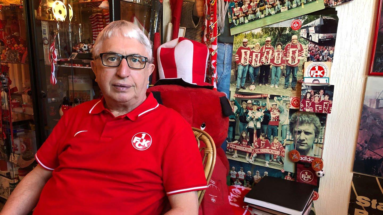 FCK-Fan Erich Huber sitzt in seinem FCK-Zimmer (Foto: SWR, SWR)
