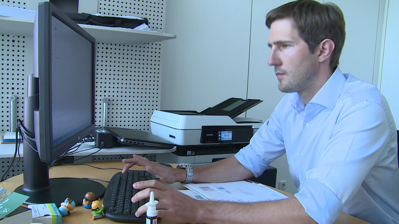 Christoph Gensch sitzt am Rechner in seinem Büro in Mainz