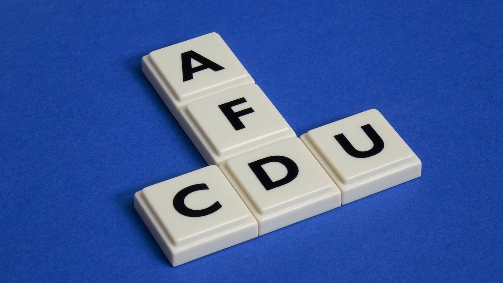"""Scrabble-Steine, mit denen """"CDU"""" und """"AFD"""" gelegt ist"""