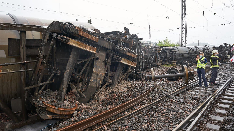 Die Arbeiten an der Unfallstelle in Niederlahnstein dauern länger als erwartet.