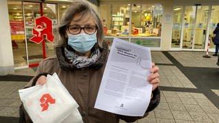 Maria Schmidtken hat ihre drei FF2-Masken direkt am ersten Ausgabetag in Emmelshausen abgeholt. (Foto: SWR)