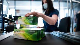 Auf dem Kassenband bei Aldi liegen Schachteln mit Corona-Schnelltests. (Foto: picture-alliance / Reportdienste, picture alliance/dpa | Fabian Strauch)