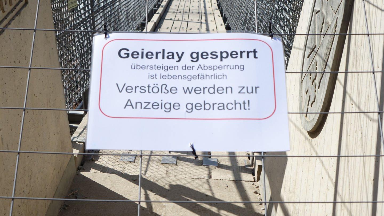 Ein großes Sperrschild am Zugang zur Hängeseilbrücke Geierlay (Foto: SWR)