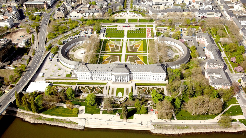 Das Kurfürstliche Schloss in Koblenz in einer Luftaufnahme, der Garten vor dem Schloss ist als Krone angelegt (Foto: dpa Bildfunk, Thomas Frey)