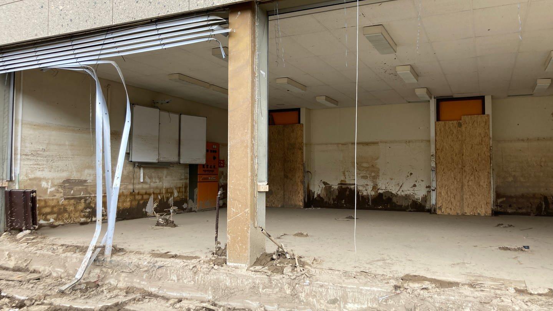 Blick in das zerstörte Erdgeschoss der Philipp Freiherr von Boeselager Realschule in Ahrweiler