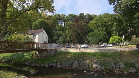 Eine Brücke führt über den Simmerbach in Simmern. Am Wasser sollen neue Wohnungen gebaut werden, auch die Flutkatastrophe im Ahrtal stoppte die Pläne nicht. (Foto: SWR)