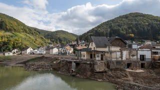 Weitgehend zerstört präsentiert sich der Ortskern von Rech im Ahrtal drei Monate nach der Flutkatastrophe vom Juli. (Foto: picture-alliance / Reportdienste, picture alliance/dpa | Boris Roessler)