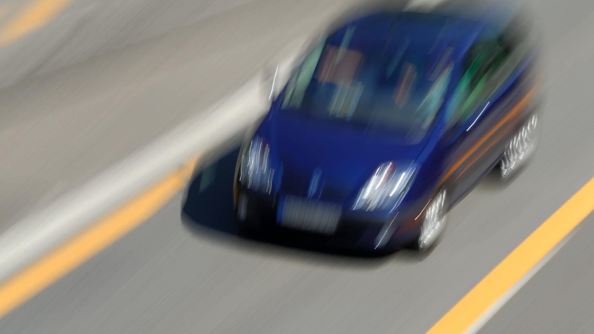 Ein Auto rast über eine Straße - immer mehr Anwohner beschweren sich über Raser rund um den Nürburgring.