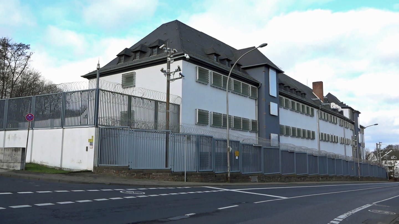 In der JVA Koblenz ist die mutmaßliche IS-Anhängerin Lisa R. aus Idar-Oberstein untergebracht. (Foto: SWR)