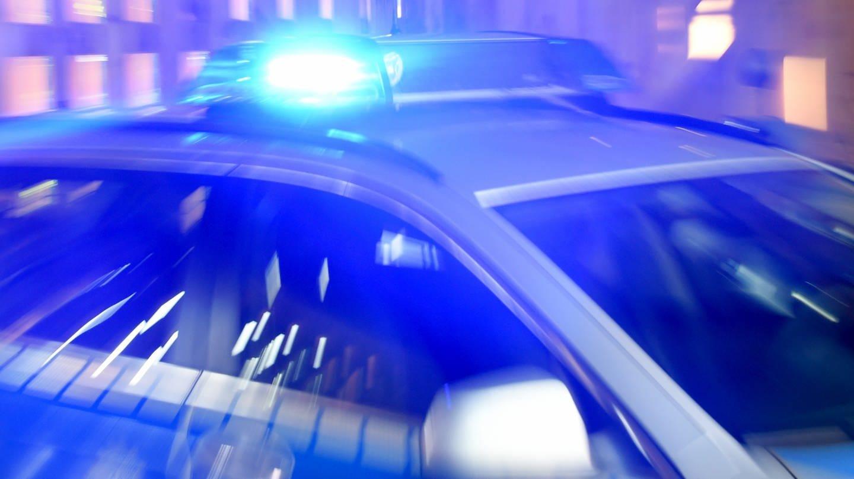 Polizeiwagen mit Blaulicht (Foto: dpa Bildfunk, Carsten Rehder)
