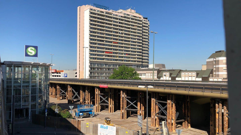 Hochstraße Süd Seitenansicht mit S-Bahnhof im Vordergrund und Hochhaus im Hintergrund (Foto: SWR)