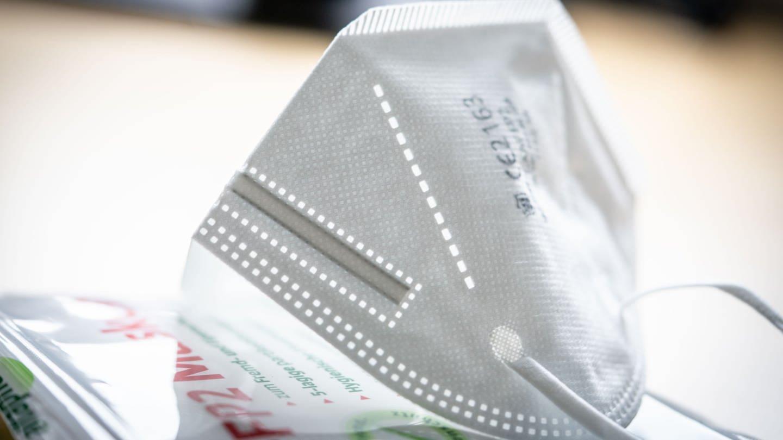 Eine FFP2-Maske liegt auf einem Tisch auf der Verkaufsverpackung. (Foto: dpa Bildfunk, picture alliance/dpa | Frank Rumpenhorst)