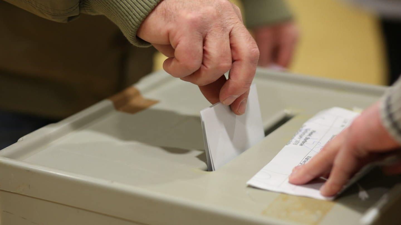 Wahlurne im Wahlbüro