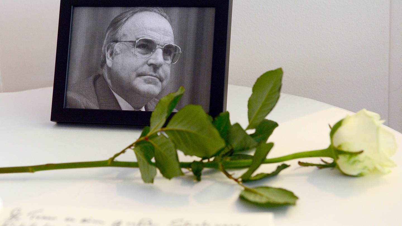 Ein Kondolenzbuch für den verstorbenen früheren Bundeskanzler Helmut Kohl (CDU).