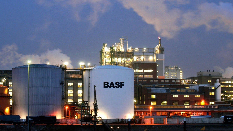 BASF-Gelände in Ludwigshafen bei Nacht (Foto: dpa Bildfunk, Frank Rumpenhorst)