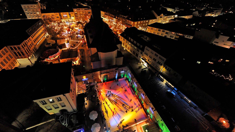 Frankenthal Eisbahn und Weihnachtsmarkt bei Nacht (Foto: Pressestelle, Pressestelle Frankenthal, Bolte)