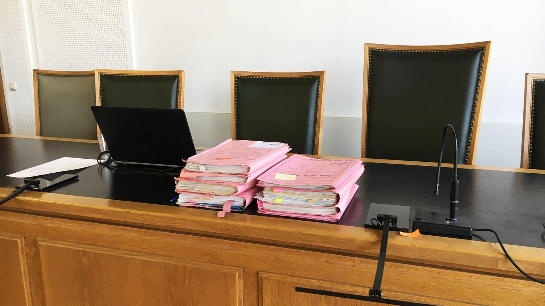 Prozessakten in einem Gerichtssaal des Frankenthaler Landgerichts (Foto: SWR)