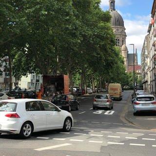 Die ersten Tempo-30-Schilder sind in der kaiserstraße Mainz angebracht (Foto: SWR, Daniel Brusch)