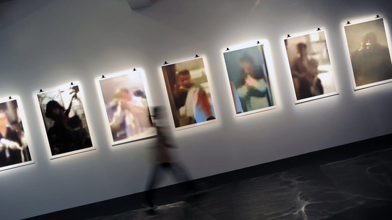 Bilder des libanesischen Künstlers Rabih Mroué 2012 in Kassel. (Foto: dpa Bildfunk, Picture Alliance)