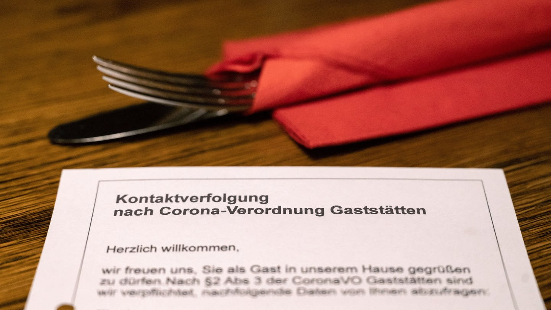 BW-Sozialminister kündigt stärkere Coronakontrollen in Gaststätten an