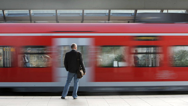 Mann steht in Mainz am Bahnsteig, vor ihm fährt ein Zug vorbei (Foto: dpa Bildfunk, picture alliance / dpa)