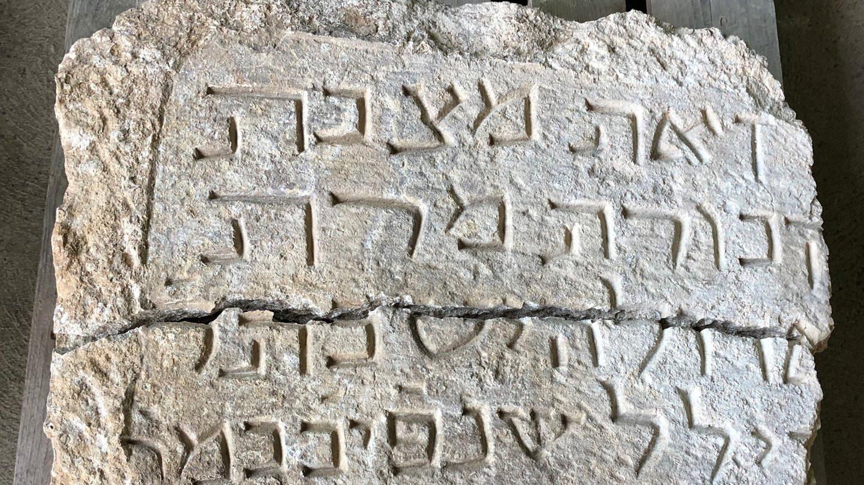 Historischer jüdischer Grabstein (Foto: SWR)