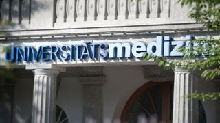 Der Schriftzug der Universitätsmedizin am Haupteingang der Klinik (Foto: SWR)