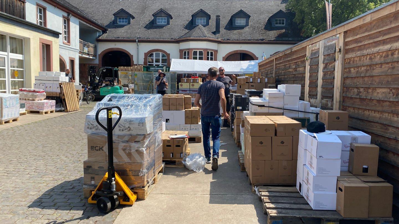 Auf dem Weingut Anthony in NIerstein (Kreis Mainz-Bingen) werden Weinpakete gepackt. Mit dem Erlös werden Winzer an der Ahr unterstützt.