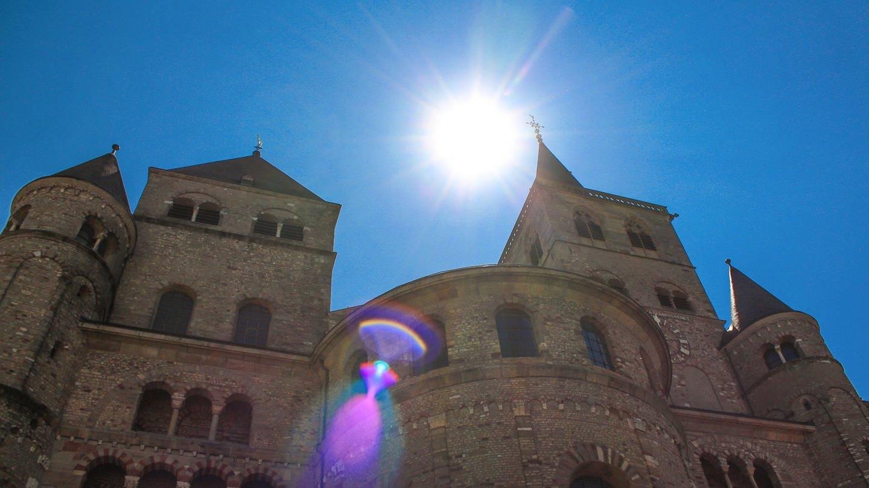 Die Sonne scheint über dem Trierer Dom (Foto: SWR, Philipp Reichert)